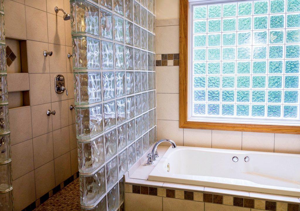 Prysznic bez brodzika – jakie są jego wady i zalety?