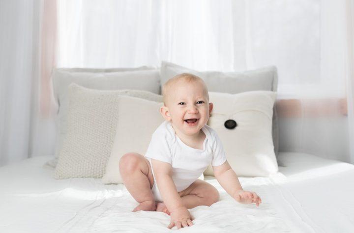 dziecko na łóżku