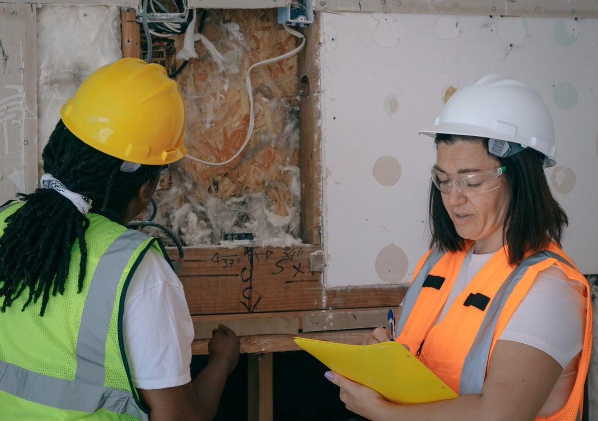 dwie kobiety w strojach pracowniczych